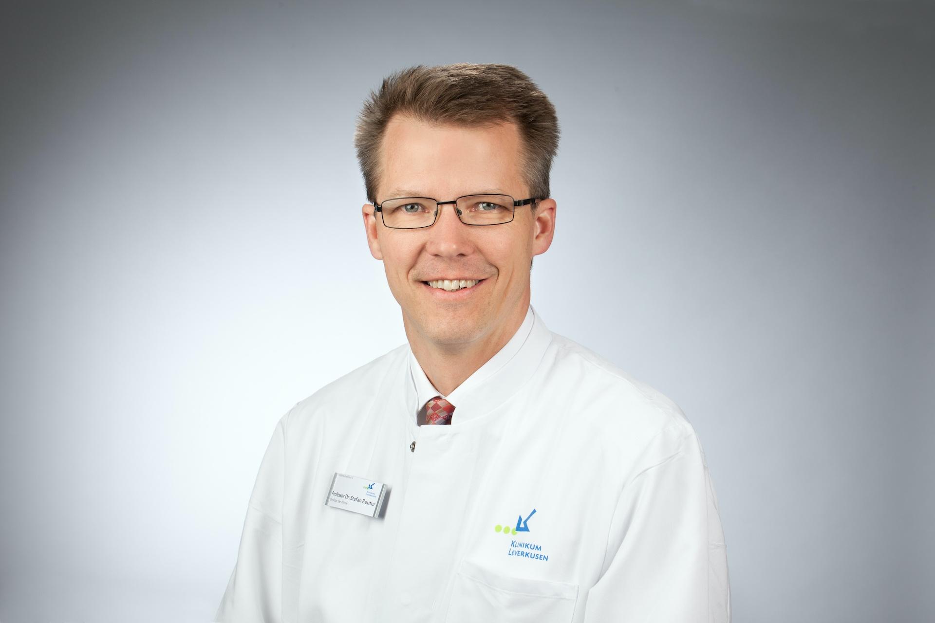 You are currently viewing Interview mit Prof. Dr. Stefan Reuter,  Leiter der Infektiologie im Klinikum Leverkusen zum Impfstopp mit AstraZeneca